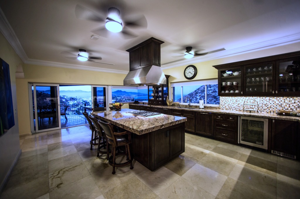 Kitchen and wine room villa las palmas - Singular kitchen las palmas ...